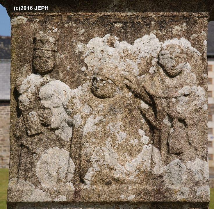 St Yves bénissant le donateur du calvaire de Trédarzec (22) (ancien cimetière).