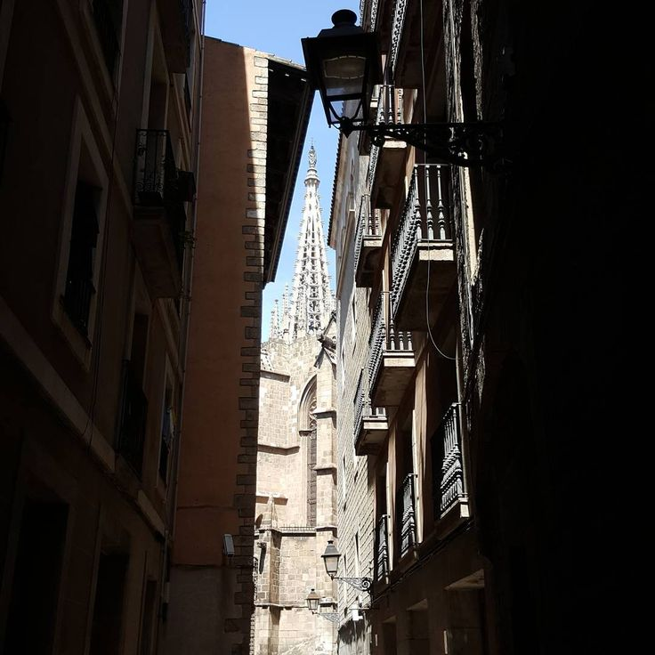 Narrow streets of Barri Gothic. #gothic #gotik #katedral # CATHEDRAL #christianity #church #kilise #barcelona #barselona #ispanya #spain #espana #travel #gezi #building #mimari #architecture #historicalbuildings #history #sanat #art #arthistory #narrow #street #barrigotic http://turkrazzi.com/ipost/1515256102403718304/?code=BUHRWWfhDyg