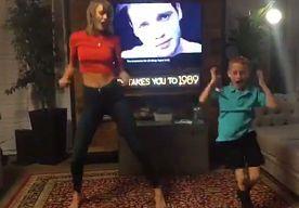 22-Sep-2015 11:08 - SUPERFAN DYLAN (7) DANST SAMEN MET TAYLOR SWIFT. Dylan Barnes (7) maakte grote indruk toen hij in The Ellen Show danste op de muziek van Taylor Swift. Ook op de zangeres zelf, die de jonge fan…...