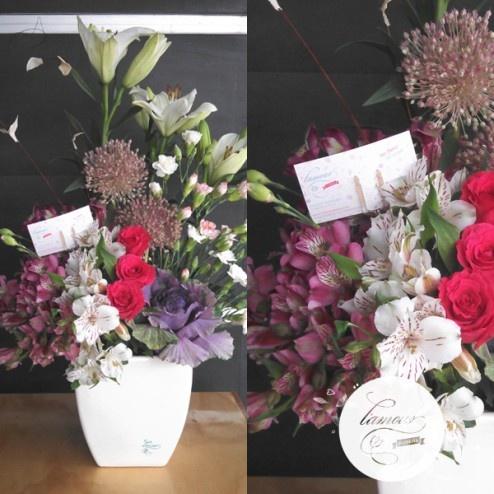 Florería L'amour - Berries - Rosas magenta, lilies blancas, clavel bicolor, alstroemerias y col en florero de cerámica, especial de la Colección L'amour. www.florerialamour.com Boutique Floral Guadalajara Mex.