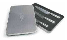 EDGE kniver startsettInneholder kokkekniv 21 cm, brødkniv samt filékniv.Blad av molybdenum / vanadium 1.4116 stål, 53-55 HRC og håndtak av rustfritt 18/8 stål.Størrelse: 410 x 265 x 35 mmEmballasje: Giftbox