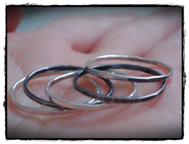snubní+prsten+-+zebrickovce+prstienkove+obmena+povodnej+sady+tepanych+prstienkov+zo+striebra.+pat+prstienkov+krasne+sediacich+vedla+seba+s+tepanym+efektom,+na+ktorom+sa+jemne+lame+svetlo.+po+tepani+som+ich+vylestila,+aby+sa+svetlo+co+najviac+odrazalo.+dva+som+patinovala+a+prelestila,+takze+striebro+je+zvyraznene+na+kazdej+strukture+tepania+a+tak+meni+holubkovce+na+zebrickovce.+kazdy+prstienok+ma...