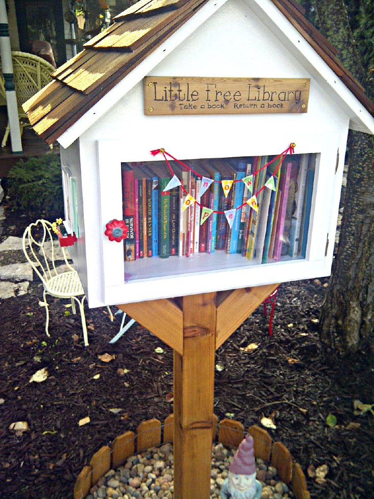 Hi Mamma Designs: The Littlest Outdoor Library - In the library with recommended reads inside? I'd want to take a peek!