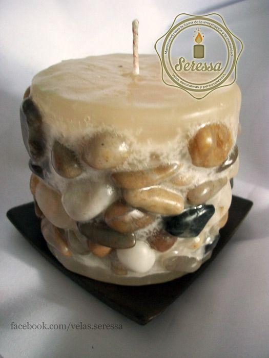 """Vela decorada con piedras pulidas. Colección """"Pebbles""""."""