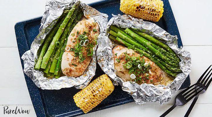 Koken in aluminiumfolie: de lekkerste kip met honing, limoen en groene asperges maak je zo!