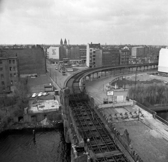 Blick von Ost-Berliner Seite auf die Oberbaumbrücke mit dem Todesstreifen. Der U-Bahn-Viadukt zwischen Schlesischem Tor und Warschauer Straße war stillgelegt. Links vorn am Ufer steht heute der Club Watergate.