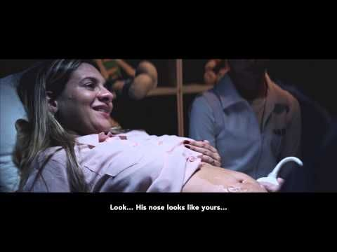 Huggies Presents: Meeting Murilo  お腹の中にいる自分の子の姿が育つのを、超音波検査で目にする幸福感といったらない。  しかし、ブラジルに住むタチアナ・ゲーラさんにはそれができなかった。17歳で視力を失った彼女は、目が見えなかったのだ。  それでも超音波検査を受けながら、想像力を働かせるタチアナさん。  「じゃがいもみたいな小さな鼻があって…手は小さく握っていて…」  そんな彼女にも、胎児の姿を見せたい。医師らが彼女にプレゼントしたのは…  布を開けると、胎児の顔が彫られた白い板が現れた。検査データから3Dプリンタで作成した、胎児の姿がそこにあった。  これは、国際おむつメーカー「バギーズ」のブラジルが行ったキャンペーン。白い板をなでる母親の姿は、なんとも幸せそうだ。