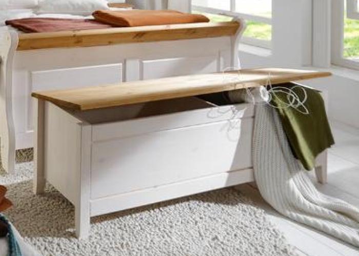 Truhe oder Wäschetruhe der Serie Emma in massiver Kiefer, weiß gebeizt und lackiert mit laugfarbigen Absetzungen Die Wäschetruhe der Serie Emma. Schlafzimmermöbel wie Kommoden, Spiegel und Betten können bestellt werden! Diese Truhe aus nordischer Kiefer ist hochwertig gefertigt und kann bis in die Wohnung geliefert werden. Verschönern Sie ihr Schlafzimmer und lassen Sie Ihre Wäsche …