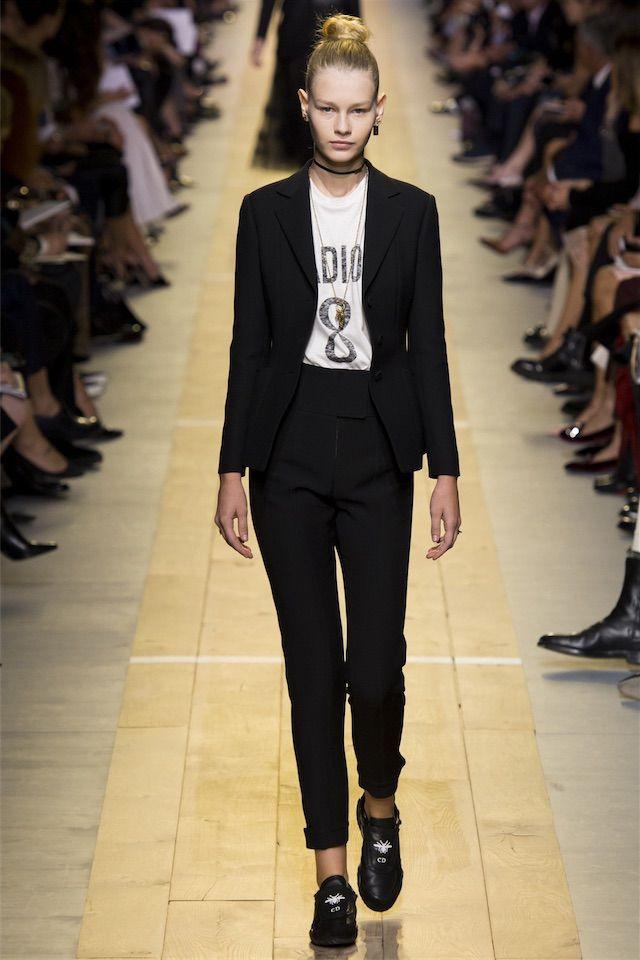 DIOR 軽妙なパンツスーツで、モードなオフィスカジュアルを。