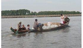 Menumpang Perahu Motor, Jangkau Titik Terisolir Banjir Babelan