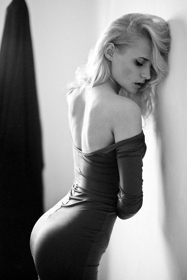 Sort of Film Noir-esque.. Love this pose .. alot .. would be interested in trying to shoot this as a self portrate
