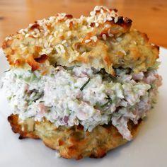 En sund og fyldig skinkesalat med masser af grønt. Her med en grøntsagsbolle - en variant af denne spidskålsbolle . Ca 2 portion...