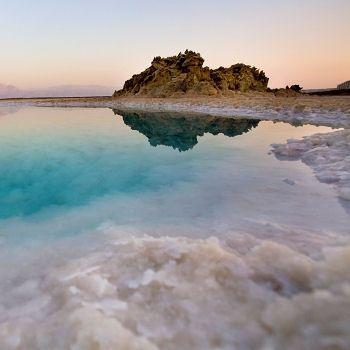 Partagée entre l'Israël, la Jordanie et la Palestine, la mer Morte est grand lac d'eau salée de 810 km² qui découle de la vallée du Jourdain.