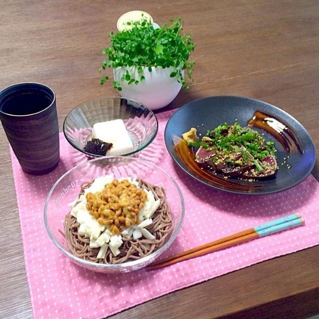 体に良さげな料理でしょ。(^_^) - 15件のもぐもぐ - 鰹のたたき、納豆と長芋のぶっかけそば、豆腐海苔のせ、梅酒ロック by pentarou