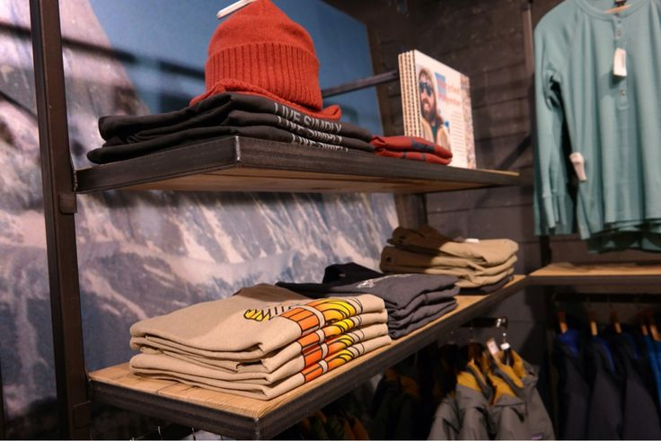 #Visualmerchandising #VM #presentatie #productpresentatie #merkbeleving #brandpresentation  #styling #display  #window #fashion #etalage #etaleur #vouwen  #vouwtechnieken #kleding #Patagonia #tablepresentation #folding #presentation #presentatie #tafelpresentatie #zwerfkei #woerden #mannequin