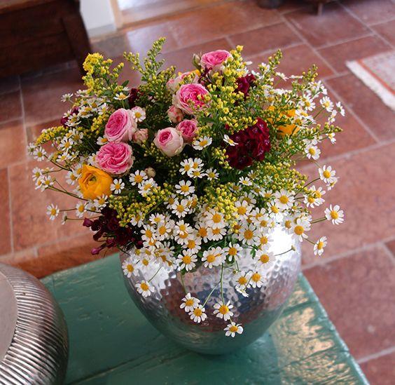 Blumenstrauß Mit Kamille, Ranunkeln Und Rosen
