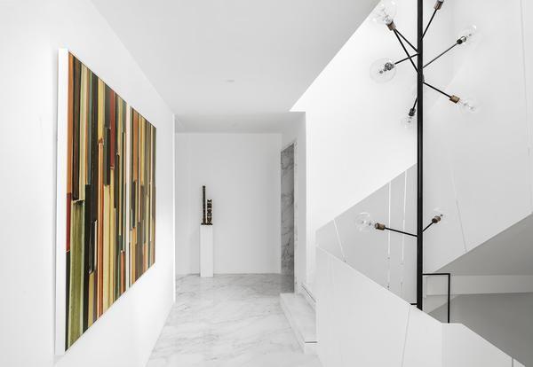 La villa in stile minimal di Wei Yi International Design Associates usa il rigore e la purezza del bianco per costruire un ponte tra passato e futuro