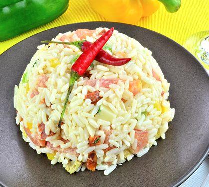 Salade de riz à l'espagnole - Envie de bien manger. Plus de recettes ici : www.enviedebienmanger.fr