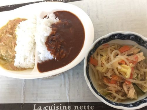 トムヤムクン風温サラダと、辛いキノコビーフカレー&賞味期限の近いイナバのツナグリーンカレー。