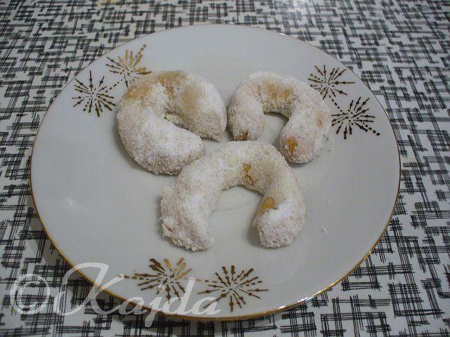 """""""Vanilkové rohlíčky""""SUROVINY60g moučkového cukru, 140g másla, 1 žloutek, 60g mletých vlašských ořechů, špetka mleté skořice, 180g hladké moukyPOSTUP PŘÍPRAVYVše zpracujeme v hladké těsto, které necháme odpočinout v ledničceasi 2 hodiny. Po odpočinutí, vyválíme v hada (váleček) a nakrájíme ho na tenké kousky. Potom vyválíme v rohlíčky a klademe na plech vyložený pečícím papírem. Dáme upéct do vyhřáté trouby na 180°C. Upečené rohlíčky ještě horké obalujeme v moučkovém cukru smíchaným..."""