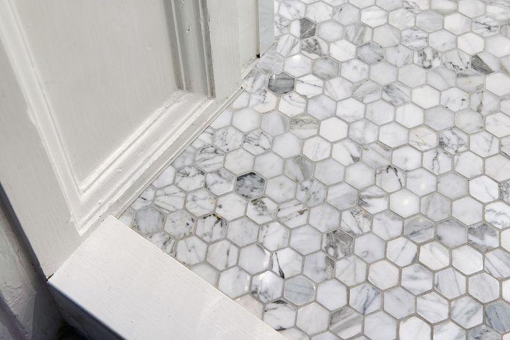 Snyggt hexagongolv av carraramarmor med golvvärme