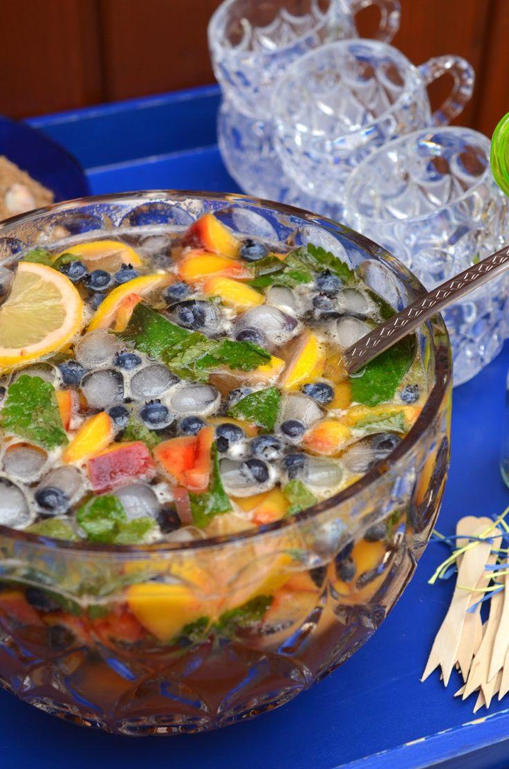 Ninas kleiner Food-Blog: Sommerparty: Bowle mit Heidelbeeren, Pfirsichen, Zitronenmelisse und Ginger Ale (Alkoholfrei mit Holunderblütensirup& Pfefferminztee statt wein)