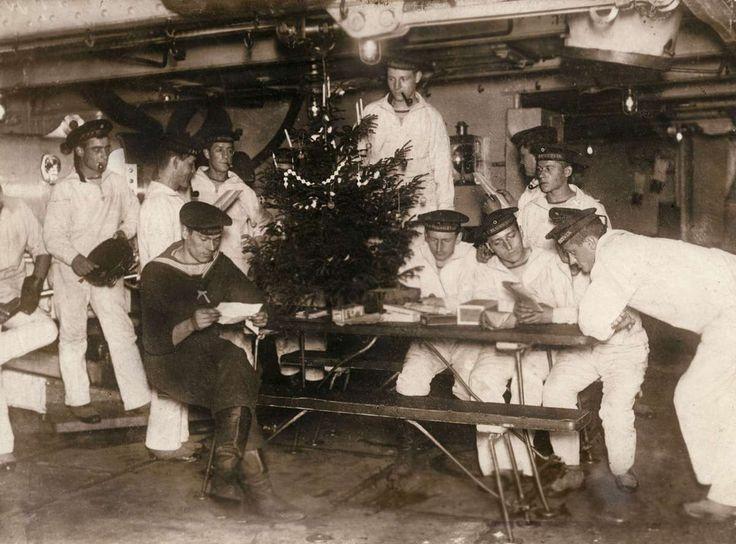 Kerstfeest aan boord van een Duits oorlogsschip: Matrozen met brieven en pakjes bij een versierde kerstboom, 1912.