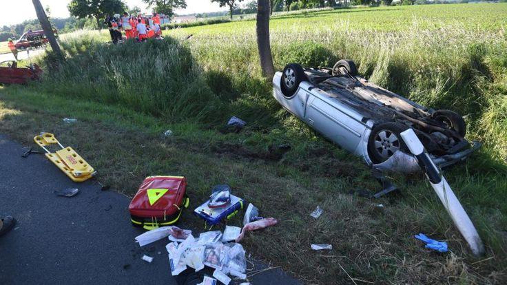 Crash an einer Kreuzung in Delbrück (Kreis Paderborn). Ein Insasse des Opels wurde schwer verletzt