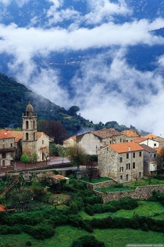 Un village de Corse avec de magnifique nuages qui accentuent tout son charme. Verdure, authenticité, mais aussi plage et mer turquoise vous attendent en Corse. #Corse #France