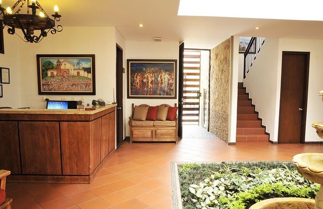 Hall del hotel con un espontáneo y enriquecido contraste de decoración.
