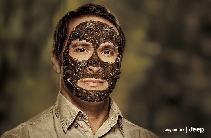 """本物の泥でパックをする男性!? Jeepの哲学を語るブランド広告 アルゼンチンのブエノスアイレスで実施されたJeepのシリーズプリント広告をご紹介。  クライスラー社の有名四駆ブランドであるJeepは、その「アウトドア、オフロード」訴求なブランディングでよく知られています。そんな彼らが今回も、「ザ・オフロード」なトンマナの広告を制作しました。その驚きのビジュアルがこちらです。   顔に泥パックのように、本物の泥をぬりたくられた男性達のポートレイト。  もちろんクルマは影一つ身当たりません。あるのは左下にレイアウトされたロゴと""""FANGOTHERAPY(温泉泥療法)""""というワンワードのコピーだけ。  このビジュアルにより、「女性がパックをするように、ジープに乗車してオフロードへと出かけるのは男にとっての泥パックだ」という熱いメッセージをコミュニケートしています。  「単純におもしろい、気になる」という入り口から見る人の心を掴み、ブランドの哲学を語る(伝える)手法ですね。商品をまったく見せないユニークなブランド広告"""