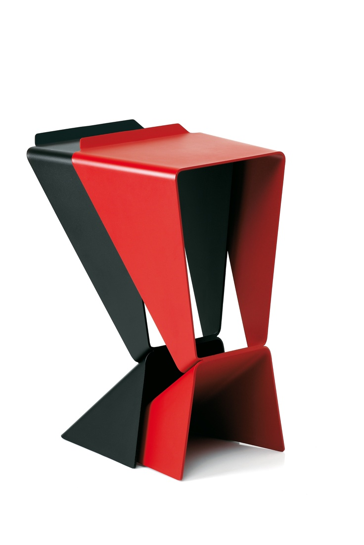 A minimalist stook with an origami design.. stackable, entirely in aluminium with a painted, scrachproof finish. A design of Matthias Demacker, 2006.