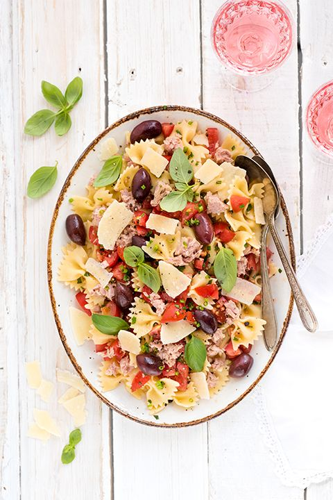 INGREDIENTS BY SAPUTO | Easy and nutritious, this bruschetta-style pasta salad with tuna and Kalamata olives is a superb idea for family meals. Don't forget to add Saputo Parmesan cheese and cherry tomatoes for the final touch to this healthy recipe!