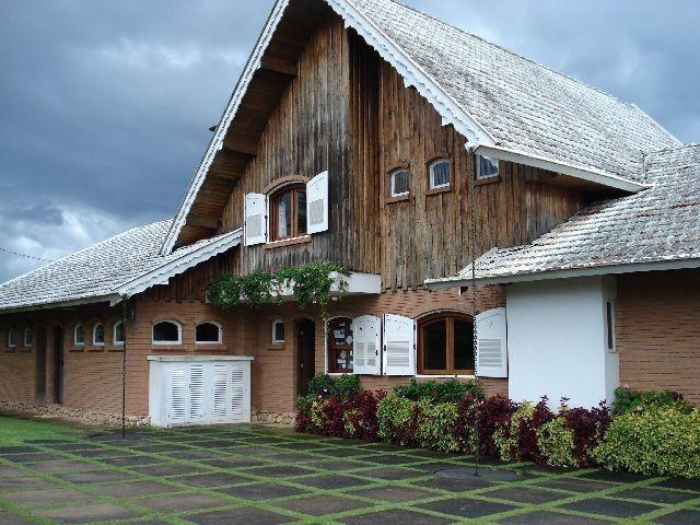 Casa em Campos do Jordão, na Serra da Mantiqueira, estado de São Paulo, Brasil.  Arquitetura que se assemelha a antigos padrões europeus da Casa de Montanha: toda em madeira nobre e com jardins bem cuidados.