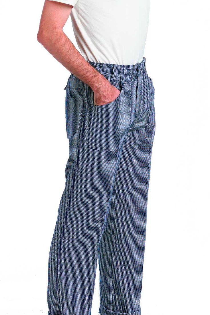 El pantalón de cocina de pata de gallo, dispone de goma en toda la cintura, tiene pasadores para cinturón y se cierra mediante botones azules. Dispone también de dos bolsillos delanteros de palastrón y otro bolsillo trasero cerrado mediante botón azul. Tejido de pata de gallo con un galón en el lateral del pantalón. #MasUniformes #RopaLaboral #UniformesDeTrabajo #VestuarioOnline #Artel