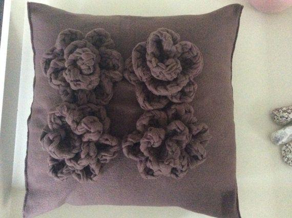 Kussen uniek item van fleece vilt met gehaakte rozen van dezelfde stof
