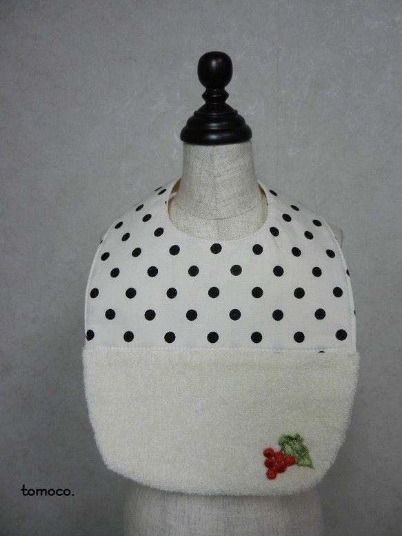 ・ドットプリントコットンとパイル地を使用した肌触りの良いスタイ。赤い実の刺繍のモチーフがポイントです。・自分の子供が使用しているときにパイル地がとても使いやす...|ハンドメイド、手作り、手仕事品の通販・販売・購入ならCreema。