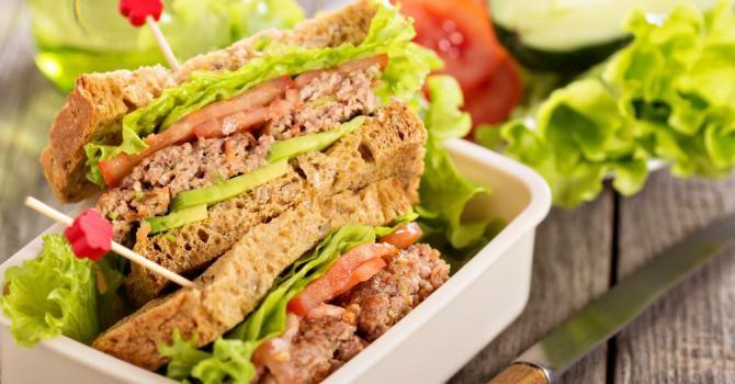 Recette de Sandwich spécial Lunchbox à l'avocat et à la viande. Facile et rapide à réaliser, goûteuse et diététique.