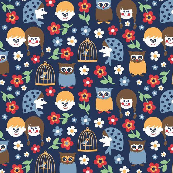 Prachtig zacht gedrukte biologisch katoen poplin met een Jorinda en Joringel thema uit het Duits Grimms sprookje, met inbegrip van bloemen en kinderen, uilen, vogelkooi, heks. Deze stof is ontworpen in Berlijn door Nadja Girod en vervaardigd in de EU. Het is licht tot middelzwaar (130 g/m²), ideaal voor kinderen slijtage, gordijnen, lakens, kussenslopen, blouses, rokken en veel veel meer. Verkocht in veelvouden van 1/4 meter. Als u graag meer, zal weefsel worden gesneden in een ono...