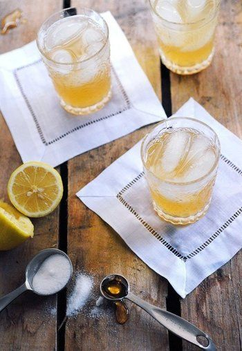 #レモン #蜂蜜 #ウィスキー レモンと蜂蜜は誰しもが好む組み合わせ。 ウィスキーを加えると味が深まり、とっても美味しいカクテルになります。  材料:ウィスキー2 oz,レモンの絞り汁3/4 oz,蜂蜜1/4 oz honey,お湯1/2 oz ,氷 (※1oz(1オンス)≒30ml≒大さじ2で換算すると分かりやすいかもしれません。)  作り方: ①シェーカーに蜂蜜を入れ、お湯を入れてかき混ぜ、シロップを作ります。 ②①にウィスキー、レモン汁、氷を入れシェイクします。 ③グラスに注いで完成。