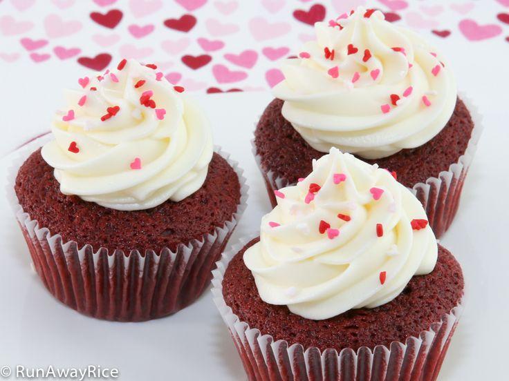 BEST recipe for Red Velvet Cupcakes with luscious cream cheese frosting | recipe from runawayrice.com #Valentinesday #redvelvet #cupcakes #sweetreat #dessert #RunAwayRice