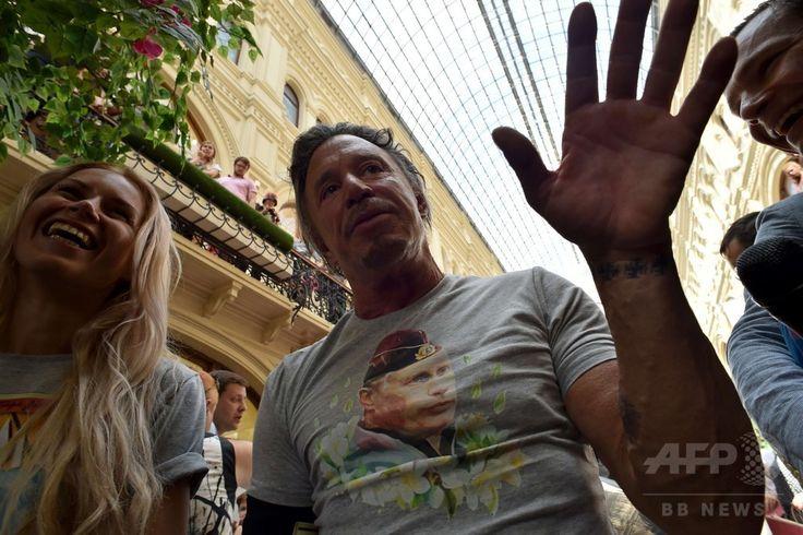 ロシアの首都モスクワ(Moscow)で開催された、ウラジーミル・プーチン(Vladimir Putin)大統領の顔が印刷されたTシャツの発売記念イベントに登場した米俳優ミッキー・ローク(Mickey Rourke)さん(2014年8月11日撮影)。(c)AFP/KIRILL KUDRYAVTSEV ▼13Aug2014AFP モスクワで「プーチンTシャツ」発売、記念イベントに米人気俳優 http://www.afpbb.com/articles/-/3022968 #Mickey_Rourke