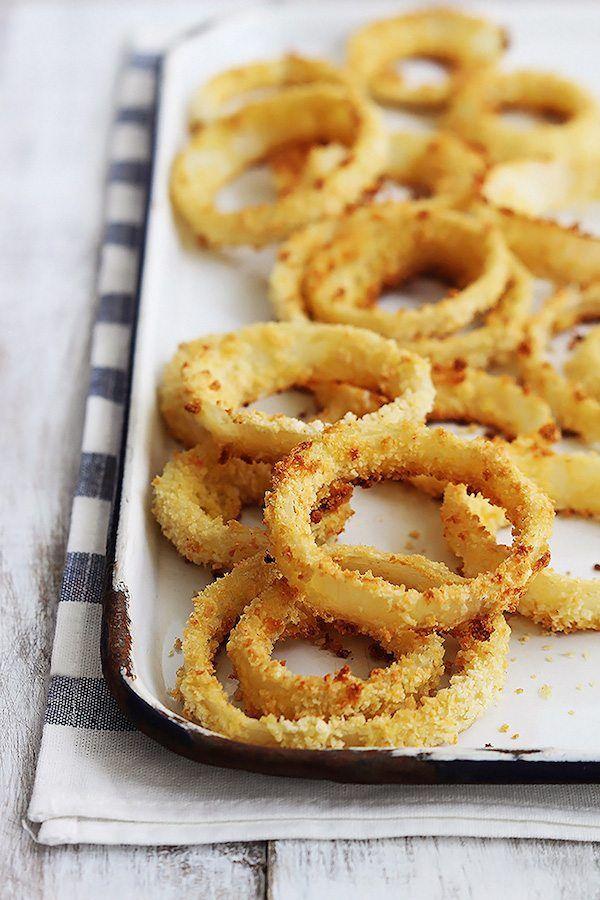 Aros de cebolla al horno, una variante saludable para este aperitivo clásico. Deliciosos y crujientes aros de cebolla al horno, receta paso a paso.
