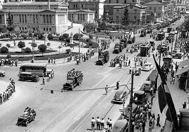 08/06/1951. Οδός Πανεπιστημίου. Ελληνικά στρατεύματα παρελαύνουν μετά την επιστροφή τους από την Κορέα.