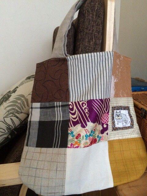 色々な布をミシンで繋げて作った手提げ袋です。内袋も付いてます。持ち手はリネンを使ってます。アクセントにフレンチブルドッグのイラストタグをつけました。お散歩袋と...|ハンドメイド、手作り、手仕事品の通販・販売・購入ならCreema。