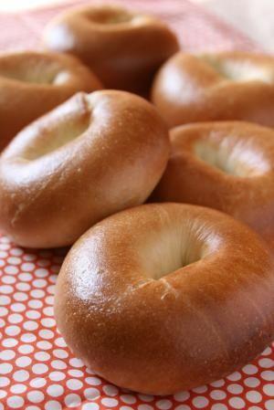 楽天が運営する楽天レシピ。ユーザーさんが投稿した「つやつやピカピカ♪大きめベーグル」のレシピページです。つやつやのもっちもちベーグル。大きめなので、サンドイッチにもしやすいですよ!。ベーグル。強力粉,砂糖,イースト,塩,水,オリーブオイル