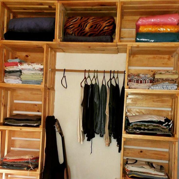 Guarda roupa feito de caixotes na cor natural da madeira.  Móveis feitos sob medida para você!  Orça - recriartpallet
