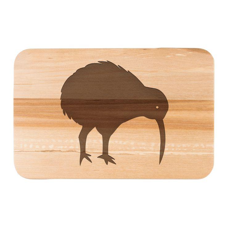 Frühstücksbrett Kiwi Vogel aus Birkenholz  natur - Das Original von Mr. & Mrs. Panda.  Ein wunderschönes Holz Frühstücksbrett von Mr.&Mrs. Panda aus edler und naturbelassener Birke in den Maßen 22 cm x 14 cm.    Über unser Motiv Kiwi Vogel  Kiwi-Vögel oder Schnepfenstrauße sind nachtaktive und flugunfähige Vögel (Laufvögel) und sind in Neuseeland zuhause.   Der Kiwivogel ist nicht nur eine tolle Erinnerung an die Neuseelandreise, sondern auch ein süßes Tier und ein stylisches modernes…
