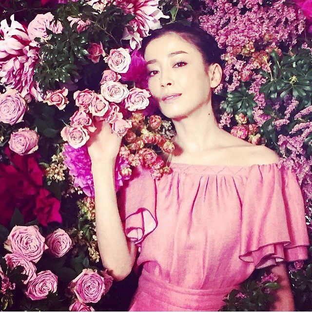 [写真] 息を呑む大人の美しさ……花に囲まれた宮沢りえの写真にコメント殺到(ScoopieNews) - エキサイトニュース