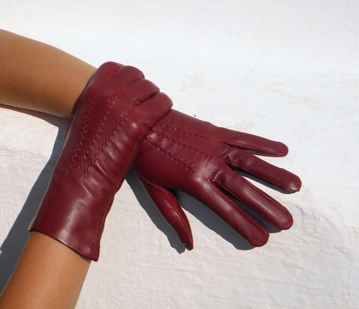 Vínové rukavice s hedvábnou podšívkou Dámské kožené rukavice s hedvábnou podšívkou, která v teple chladí a v zimě hřeje - jsou celoroční. Zvolte si správně velikost rukavic! (viz. obrázek) Proč zvolit rukavice s hedvábnou podšívkou? Hedvábná podšívka je celoroční. Lze ji nosit na jaře, na podzim i do společnosti. V teple se v ní ruce nepotí. A v zimě hřeje až ...